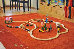 Holzeisenbahn auf dem grossen Teppich