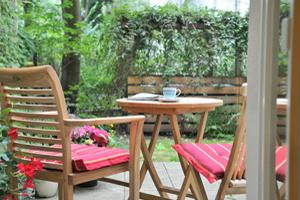 Blick auf die Terrasse mit Sitzgruppe und Kaffee
